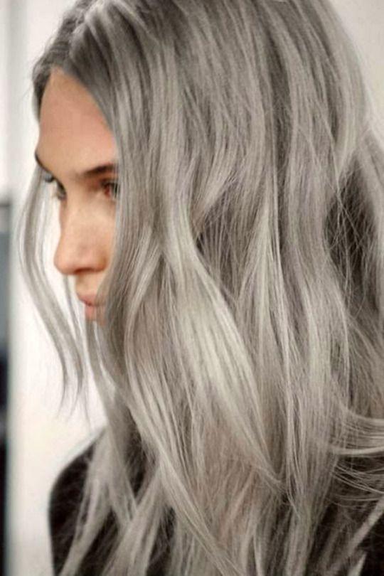 Nova tendência: matizar o cabelo branco ou loiro